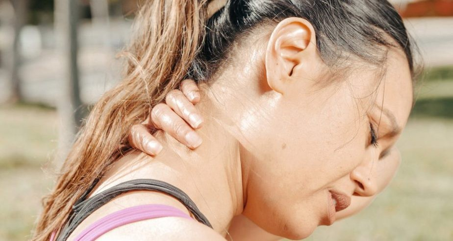 Common causes and symptoms of neck pain